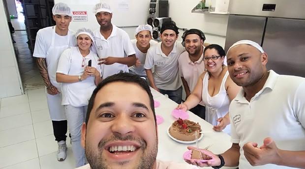 Eraldo Soglia (à frente) e funcionários da Doces Vó Nena (Foto: Divulgação)