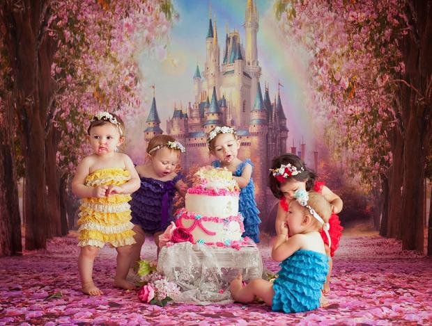 Smash the cake em comemoração ao 1 ano das princesinhas (Foto: Karen Marie)