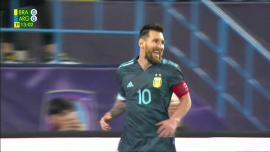 Messi bate pênalti, Alisson espalma, mas camisa 10 pega rebote e marca