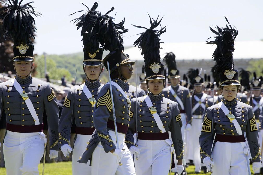 A turma que se forma neste sábado tem vários recordes: são, ao todo, 223 mulheres — o maior número desde que as primeiras cadetes se formaram, em 1980 —, 110 alunos negros e 88 latinos, os maiores números da história. — Foto: Mark Lennihan/AP