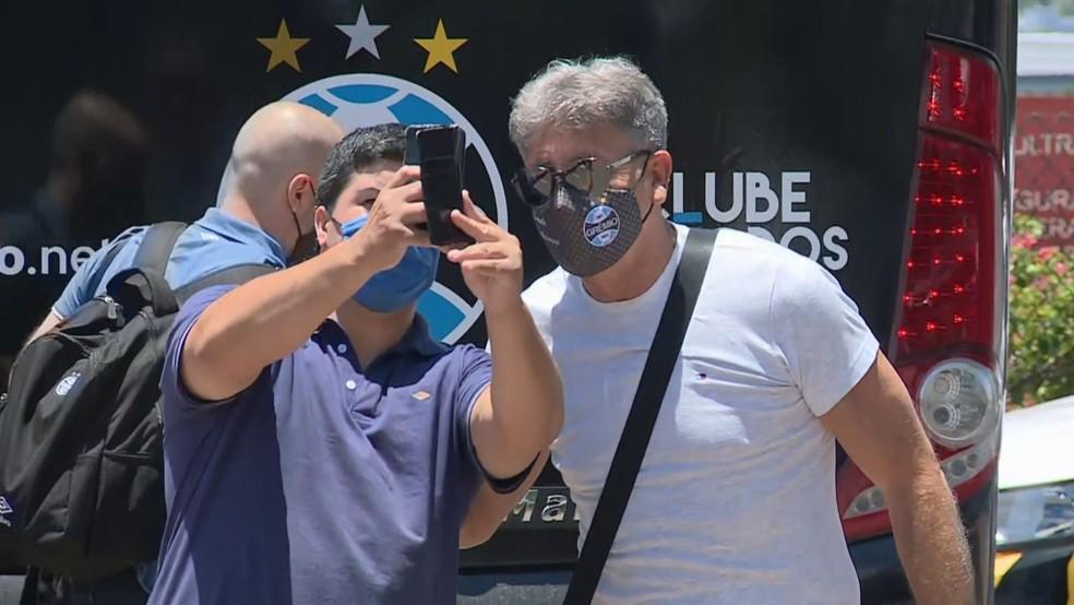 Renato tira foto com torcedor do Grêmio — Foto: Reprodução/RBS TV