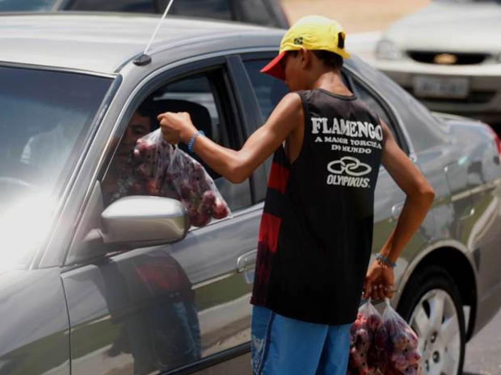 Maioria dos menores de idade que trabalham no Brasil está em situação irregular, como venda de produtos nas ruas (Foto: Fernando Araújo/O Liberal)
