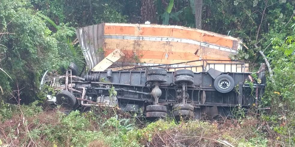 Caminhão tombou em Paulista, no Grande Recife — Foto: PRF/Divulgação