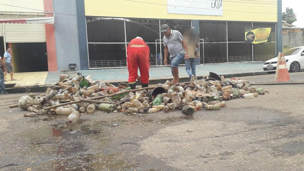 Mais de 50 garrafas pets, bolas de futebol e cadeiras são retiradas de bueiro em Macapá