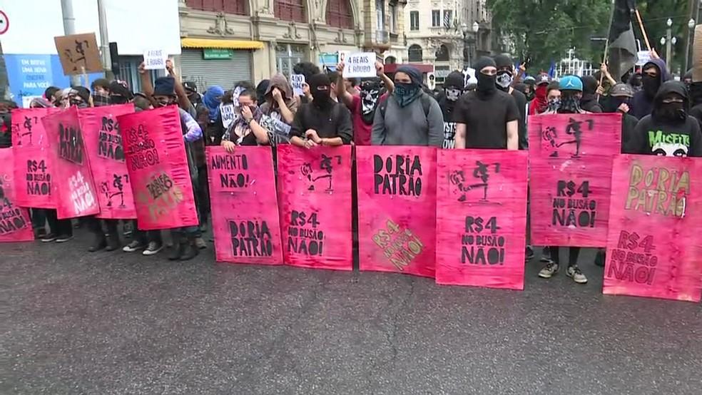Manifestantes fazem protesto contra o aumento na tarifa de transporte público em São Paulo (Foto: GloboNews/Reprodução)