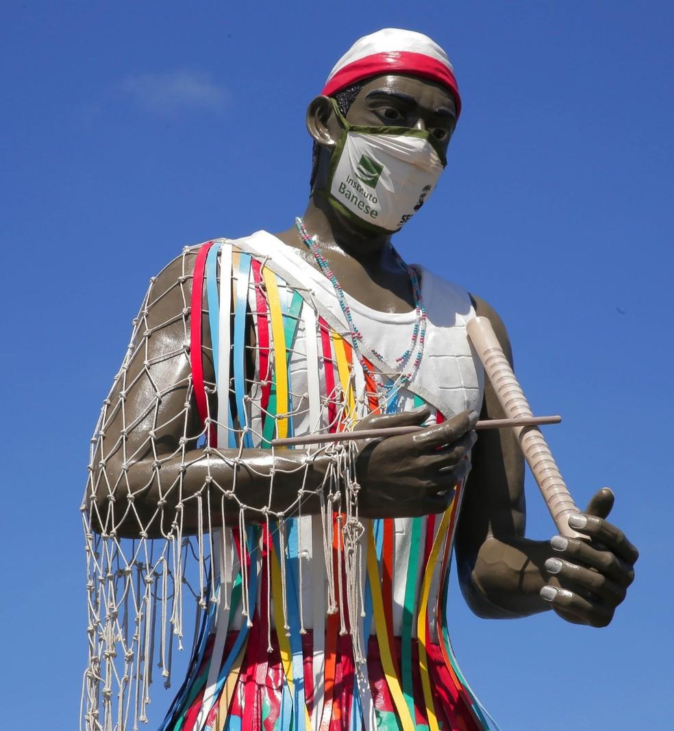 Estátua com máscara gigante — Foto: Diego DiSouza/Divulgação