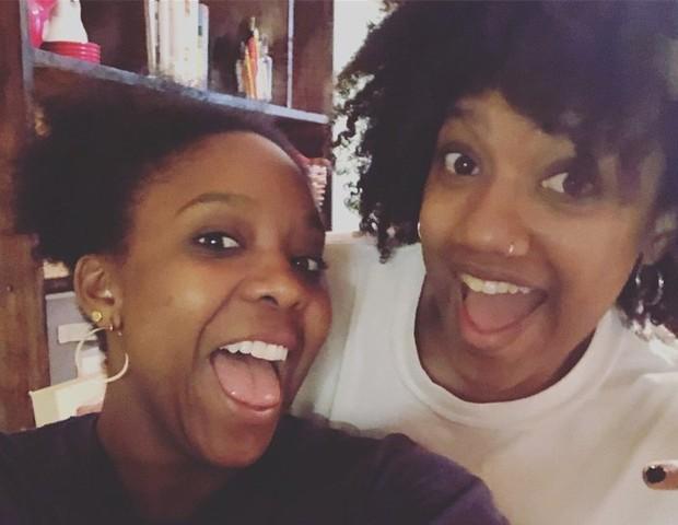Tia (esquerda) e Ashley (direita) são melhores amigas e compartilham a mesma casa e os cuidados com os filhos (Foto: Reprodução Ashley Simpo)