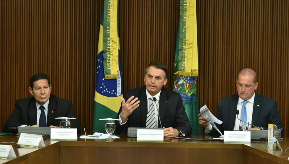 Bolsonaro comanda a primeira reunião ministerial no Palácio do Planalto ao lado do vice-presidente Hamilton Mourão e do ministro Onyx Lorenzoni (Casa Civil) — Foto: Rafael Carvalho/Presidência da República