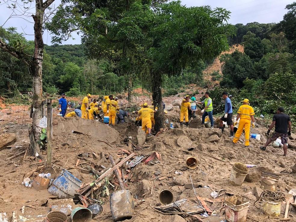 Trabalhos continuam no Morro do João Guarda, em Guarujá, nesta quarta-feira (4) — Foto: Paula Paiva Paulo/G1