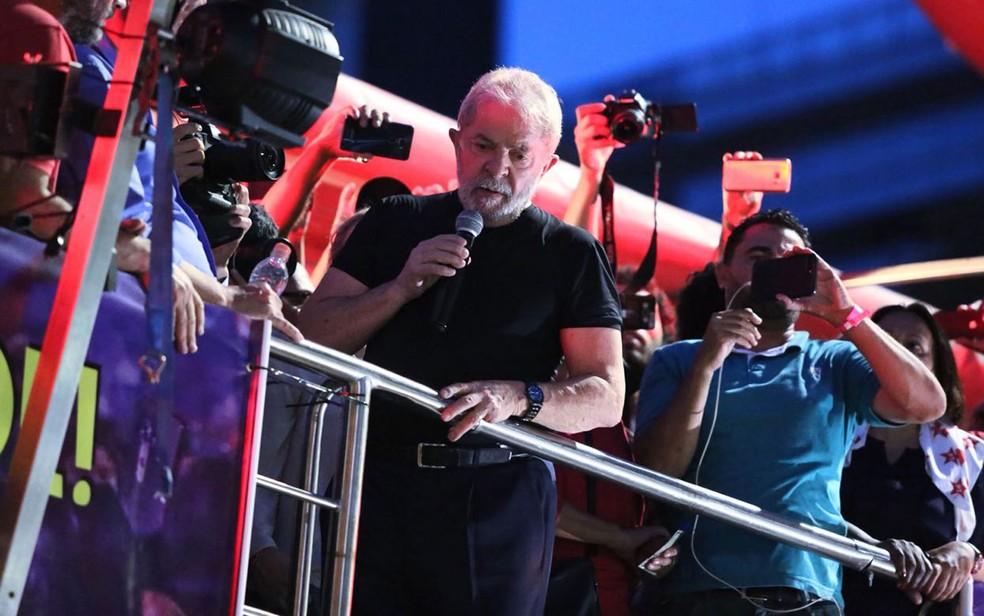 Lula discursa na Praça da República (Foto: Celso Tavares/G1)