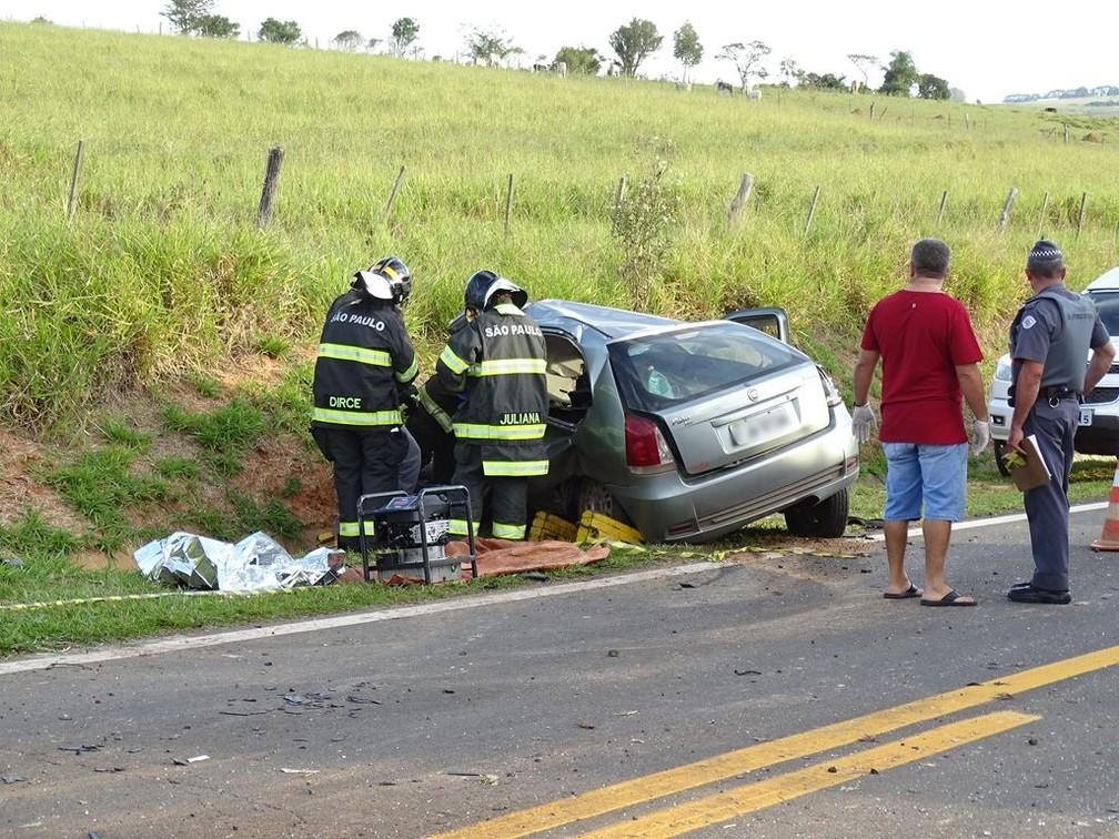 Casal morreu após colisão entre carro e caminhão em rodovia de Riversul (SP) — Foto: ItapoNews/Divulgação