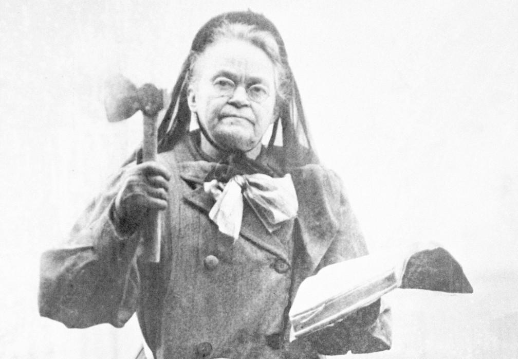 A líder do movimento pela sobriedade, Carrie Nation, empunha seu machado e sua bíblia em foto de 1910 — Foto: AP Photo, File