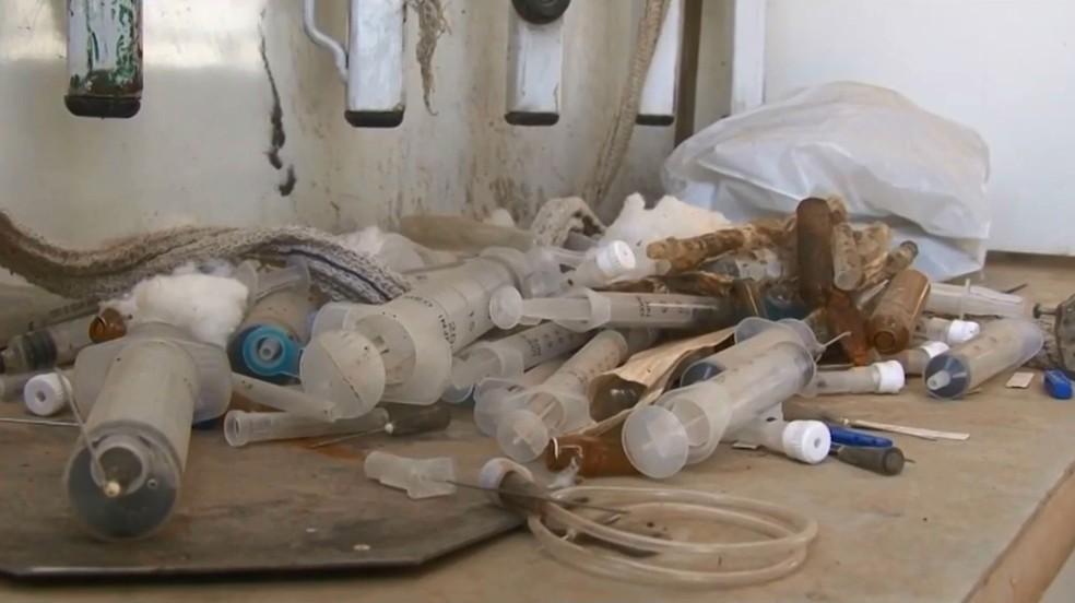 Seringas foram deixadas em algumas da ambulâncias — Foto: Reprodução/TV São Francisco