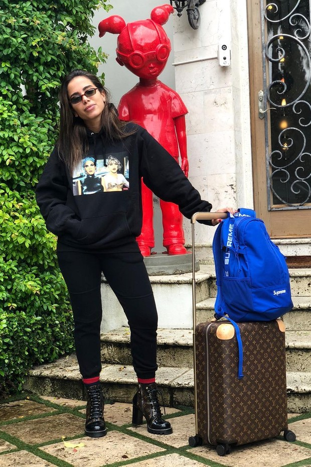 Anitta com o modelo da Louis Vuitton  (Foto: Reprodução Instagram @anitta)
