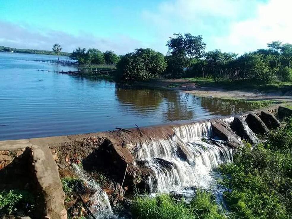 Barragem do açude Colina, em Quiterianópolis, sangrou neste fim de semana — Foto: Arquivo pessoal