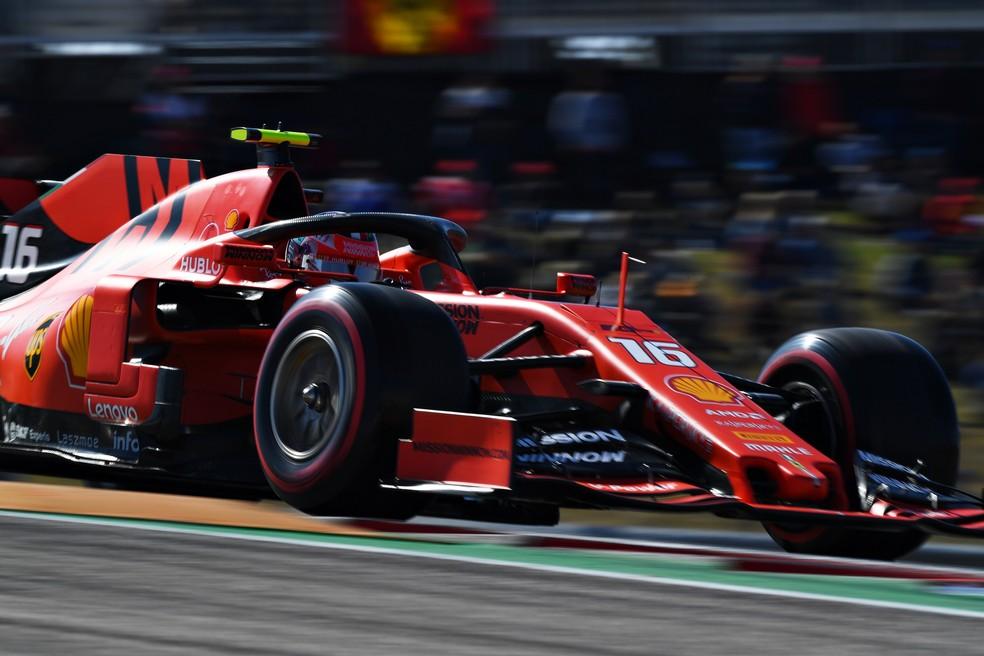 Charles Leclerc acelera Ferrari durante o treino livre em Austin — Foto: Getty Images