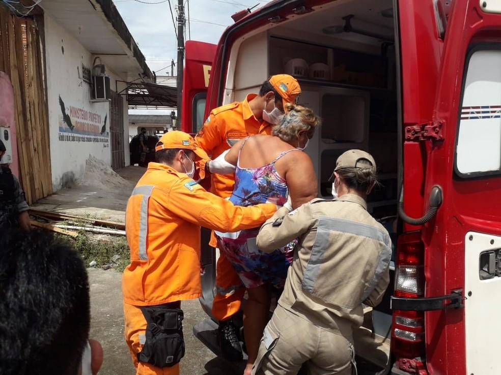 Tensa após cárcere, vítima é atendida pelo Corpo de Bombeiros — Foto: Victor Vidigal/G1