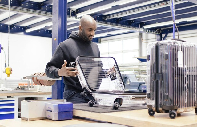 Virgil Abloh e a mala transparente que criou em parceria com a Rimowa (Foto: Business of Fashion)