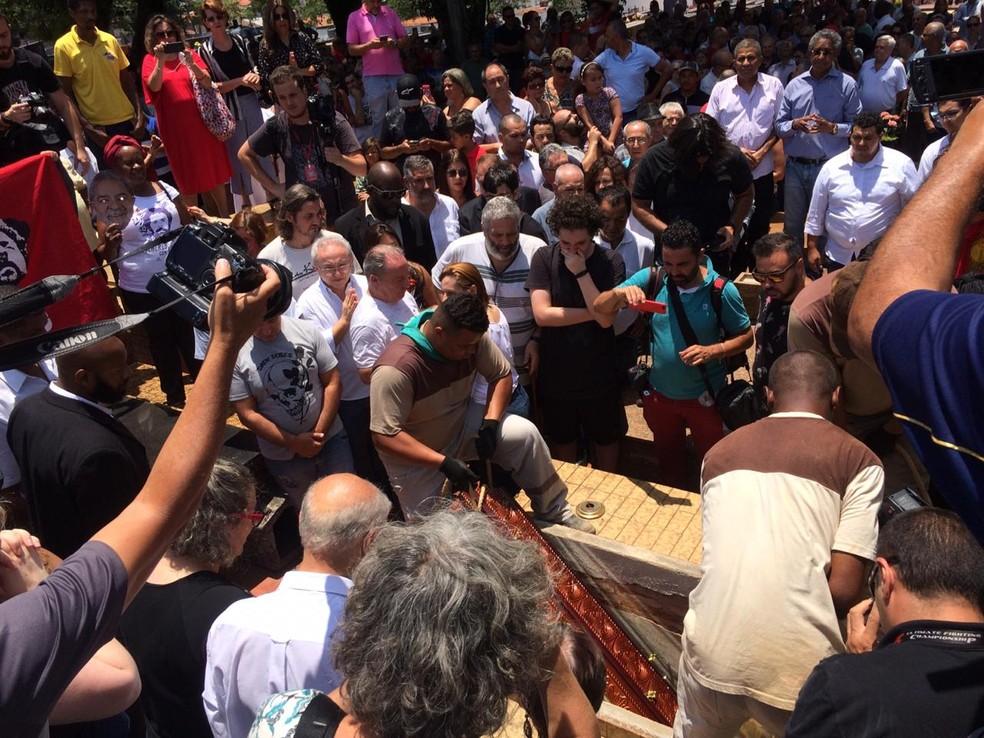 Corpo de Vavá, irmão de Lula, é enterrado em São Bernardo do Campo — Foto: Glauco Araújo/G1