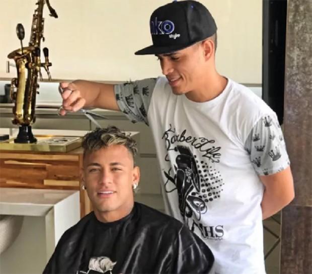 Nariko cortando o cabelo de Neymar (Foto: Reprodução)