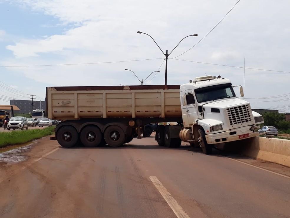 Caçamba estava com pneus carecas, segundo PRF, e isso pode ter causado acidente — Foto: PRF/Divulgação