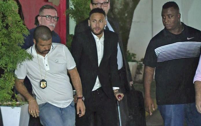 Neymar deixa delegacia da mulher após prestar depoimento — Foto: GloboNews/Reprodução