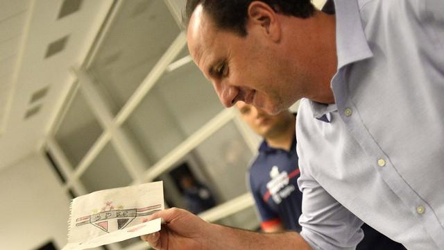 Rogério Ceni, técnico do Fortaleza, recebe carta com símbolo do São Paulo na chegada à Arena Corinthians