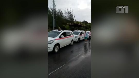Taxistas dão carona para moradores que ficaram sem ônibus por conta da chuva em Arraial do Cabo, no RJ