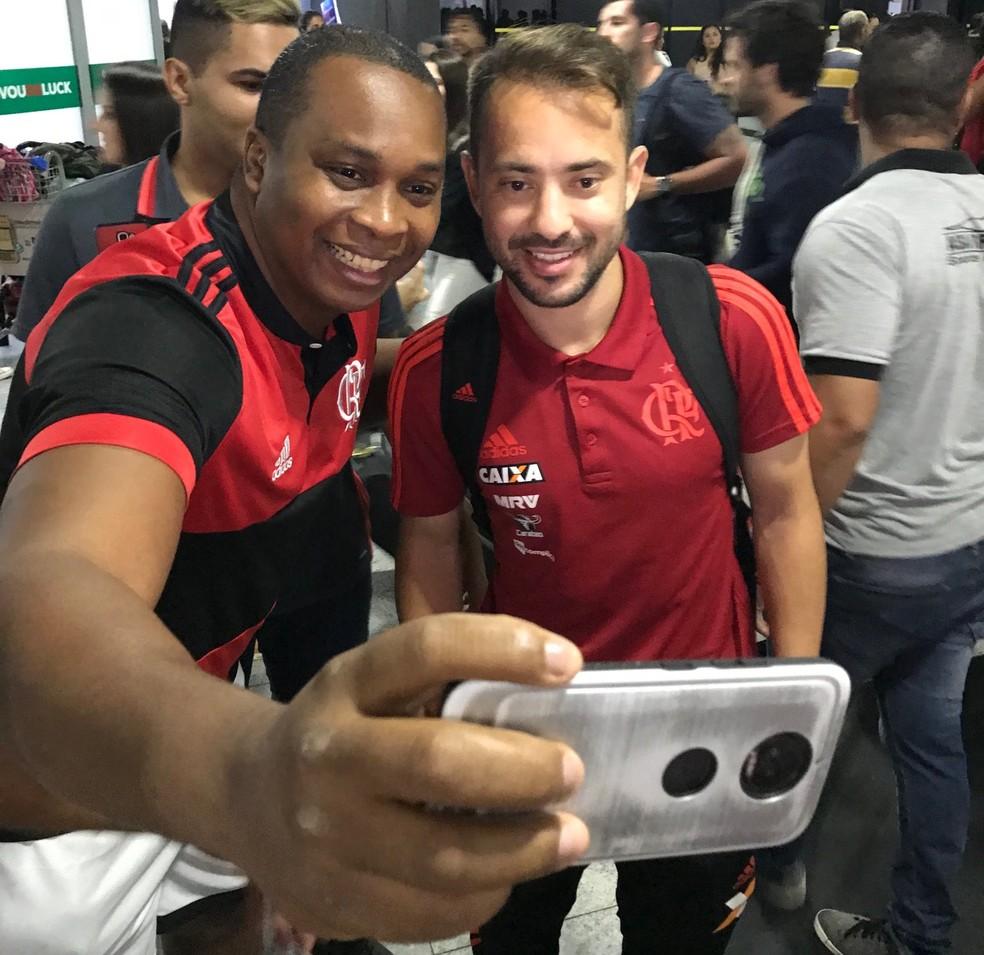 Everton Ribeiro atende fã na chegada ao Recife. Fla precisa vencer para seguir sonhando — Foto: Twitter Flamengo