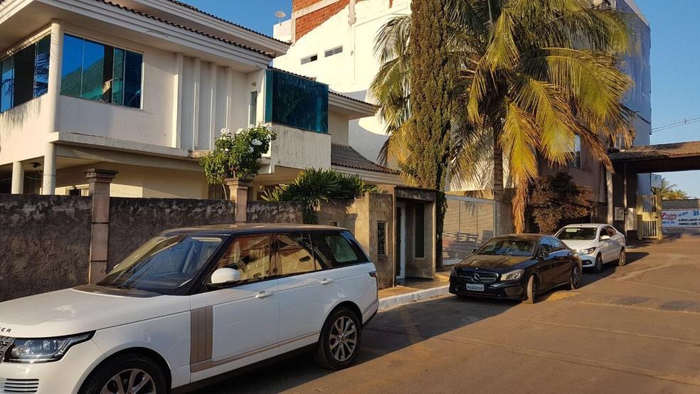 Polícia Civil cumpre mandado de prisão e busca e apreensão na casa de um dos donos da Kriptacoin, em Vicente Pires, no DF (Foto: Guilherme Timóteo/TV Globo)