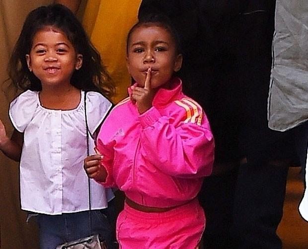 North passeou em Nova York com a mãe, Kim Kardashian, e uma amiguinha (Foto: Backgrid)