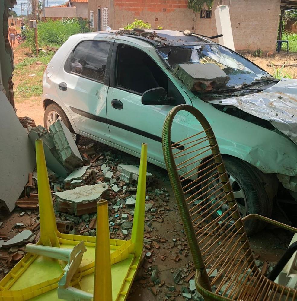 Motorista perde controle e carro invade casa. — Foto: Divulgação