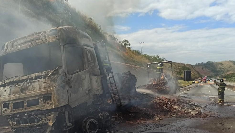 Acidente entre carro e carreta deixa duas crianças mortas na Via Dutra, em Lavrinhas — Foto: Divulgação/Corpo de Bombeiros