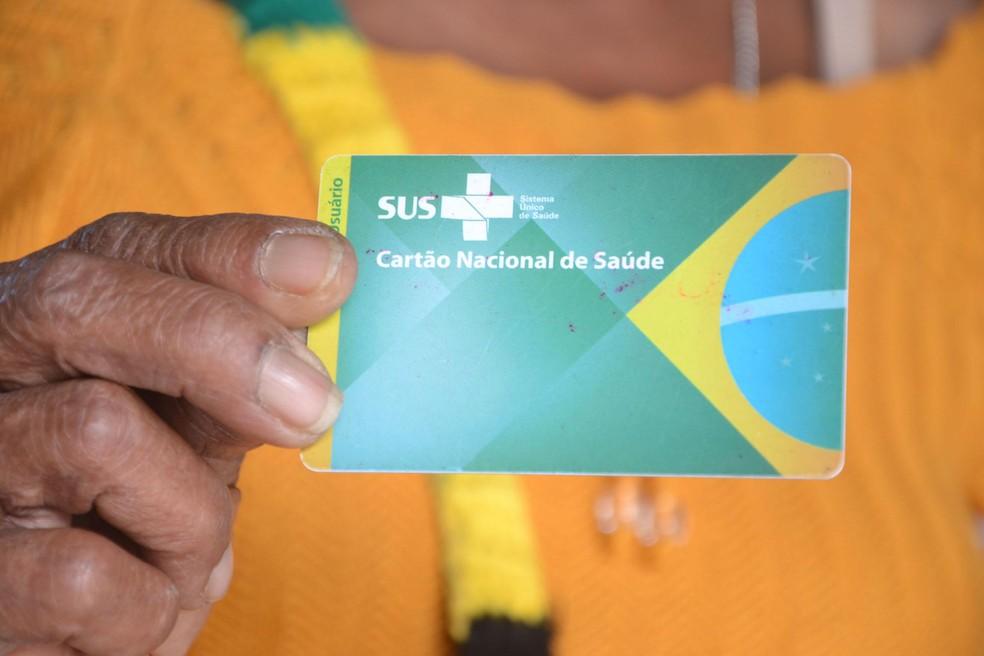Usuário mostra cartão do SUS, em imagem feita em agosto de 2020 em Salvador — Foto: Romildo de Jesus/Futura Press/Estadão Conteúdo