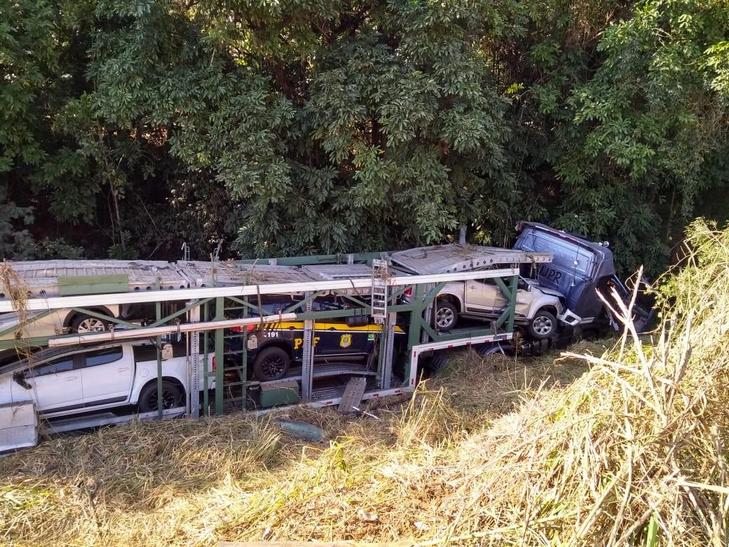 Motorista morre após caminhão cegonha capotar na BR-116 em Leopoldina