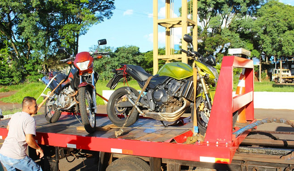 Rapazes foram liberados após orientação, mas motos usadas por eles na gravação foram levadas ao pátio do Detran por irregularidades (Foto: Portal Rolândia 190)