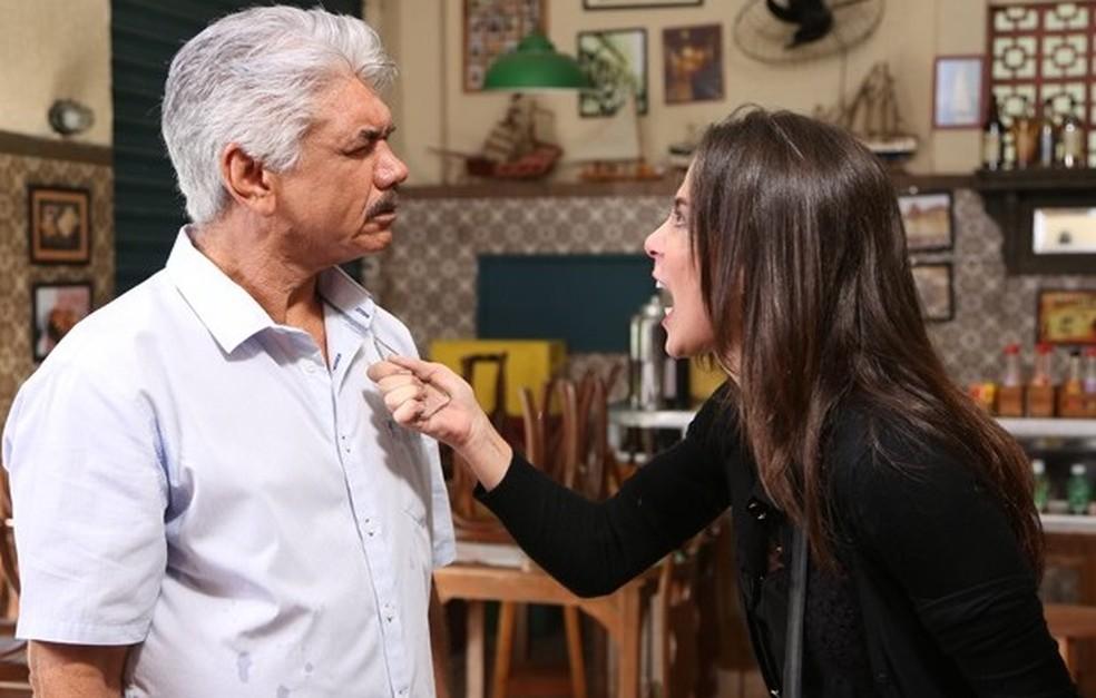 Cora (Marjorie Estiano) ameaça Manoel (Jackson Antunes) com um vidro - 'Império' — Foto: Carol Caminha/Globo