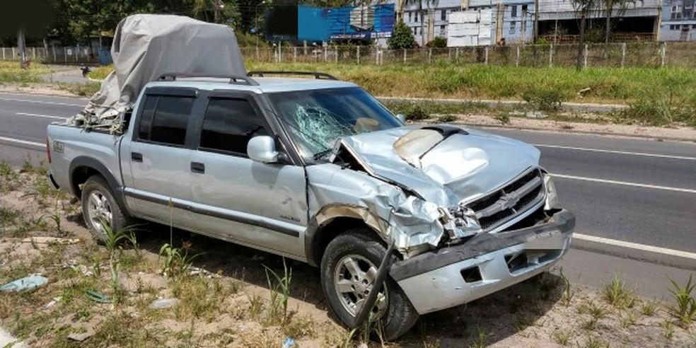 Motorista de caminhonete acabou atingindo pessoas que auxiliavam vítima de outro acidente na BR-101, em Paulista, no Grande Recife, neste sábado (20) — Foto: PRF/Divulgação