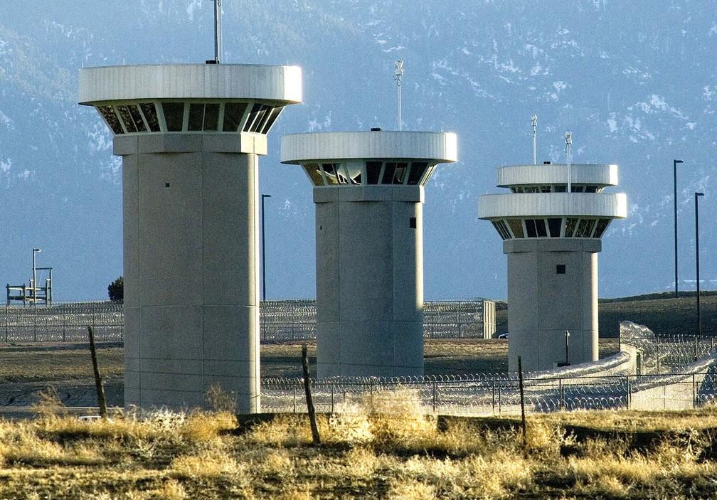 Torres de vigilância do presídio de segurança máxima Supermax, considerado o mais seguro dos EUA — Foto: Chris McLean/The Pueblo Chieftain via AP