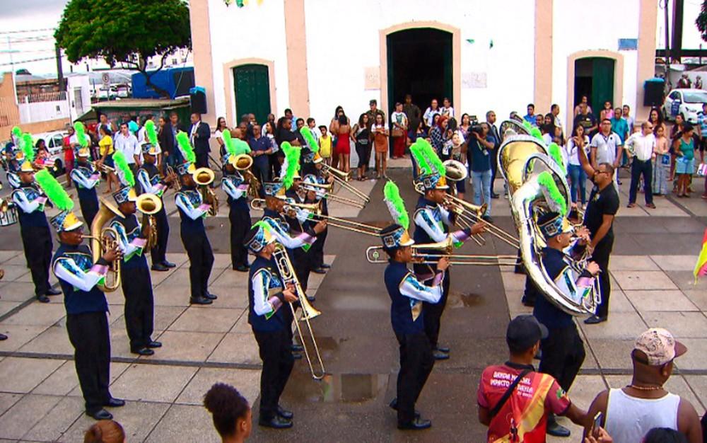 Fogo simbólico chegou ao Panteão de Pirajá neste domingo  (Foto: Rafael Alves / TV Bahia)