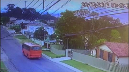 Ladrões armados com faca fazem arrastão em ônibus do transporte coletivo de Curitiba e depois roubam pedestre; VÍDEO