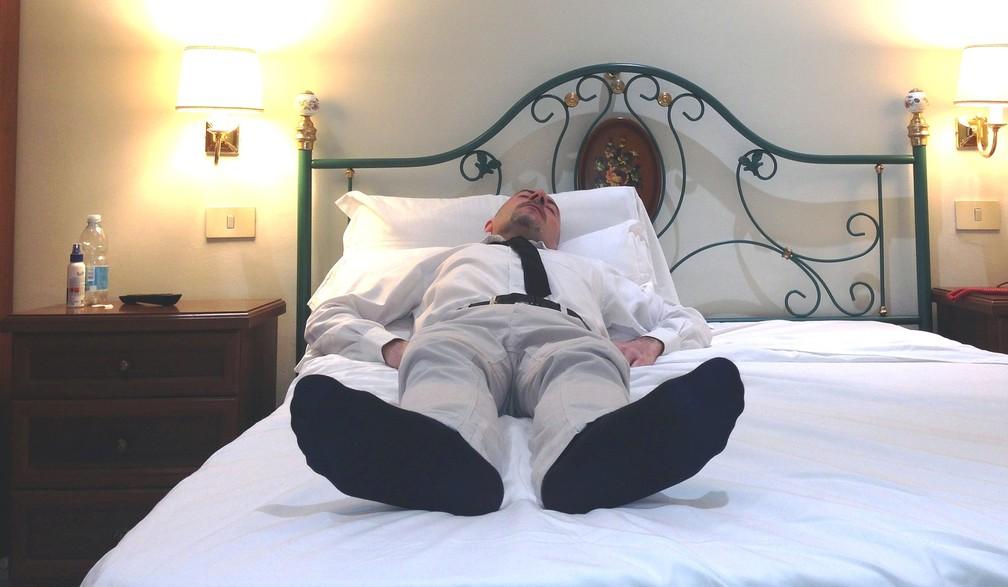 Homem dorme de meias — Foto: Pixabay/Menenio