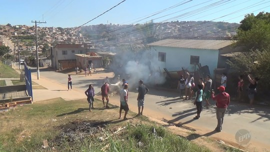 Ônibus é incendiado na Rodovia Santos Dumont, pista é bloqueada em Campinas e escola é afetada; VÍDEO