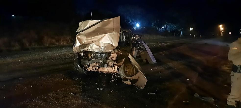 Duas pessoas que estavam no carro morreram. Um terceiro ocupante foi encaminhado ao hospital — Foto: Rede Sulamérica / Kinder Ross