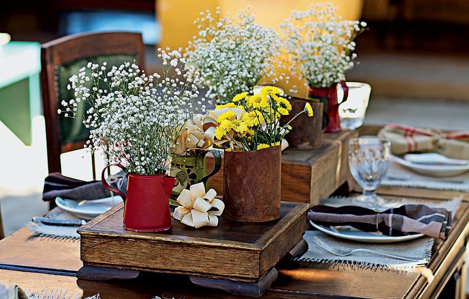 Vai receber os amigos? Suportes de madeira e até chaleirinhas podem receber flores. Fica um charme!