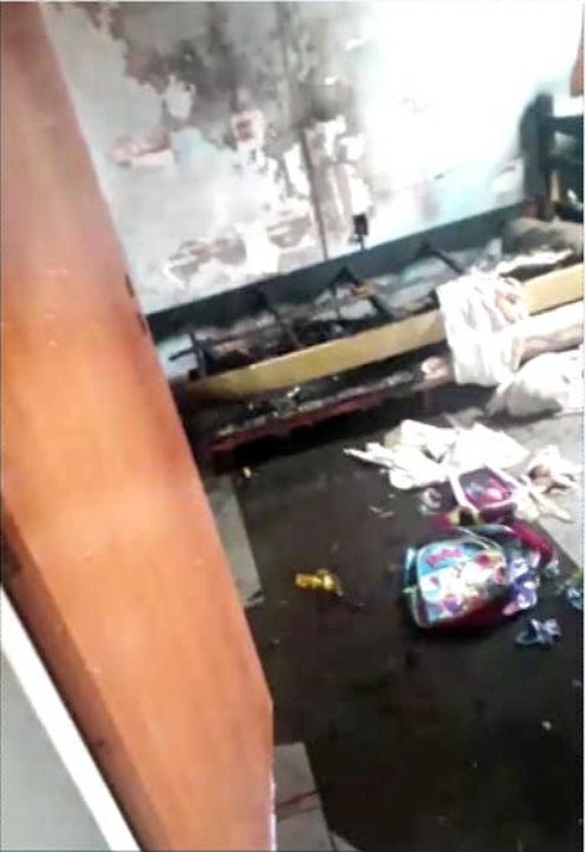 Fogo começou pela cama de um dos quartos — Foto: Reprodução/Inter TV