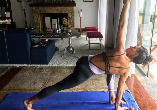 Isis Valverde pratica ioga (Foto: Reprodução)