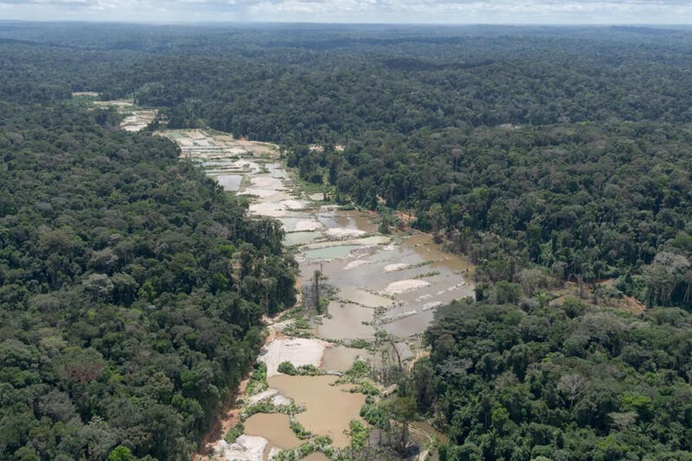 Mineração em terras indígenas do Pará destrói e contamina o Rio Tapajós, deixando crateras no seu leito — Foto: Marcos Amend / Greenpeace
