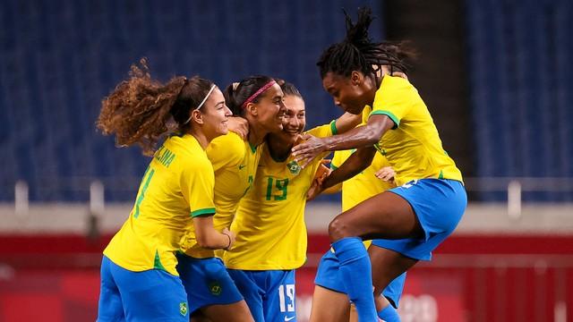 Jogadoras do Brasil comemoram o gol da vitória sobre Zâmbia