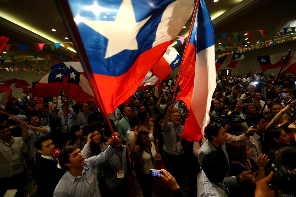 Apoiadores de Sebastián Piñera comemoram durante apuração dos votos do segundo turno presidencial deste domingo no Chile (Foto: Ivan Alvarado/ Reuters)